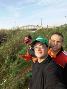 Un selfie durante la pesca alla foce del torrente asa