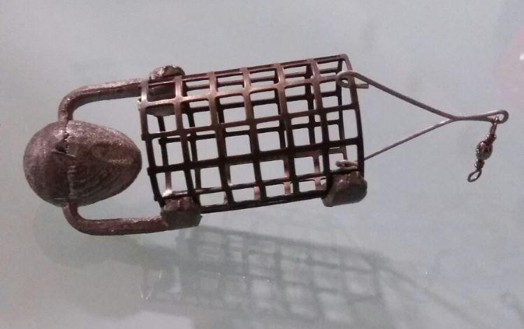 Un Pasturatore a gabbia per la pesca con feeder con sfarinati.