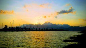 Veduta del Porto Marina d'Arechi coin tramonto sullo sfondo